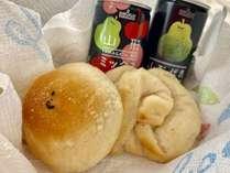 【手作りパン朝食例】おひとり様ごとに手作りパン2個と地元ジュース1本付き