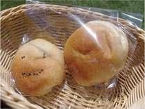 【手作りパン朝食例】おひとり様ごとに手作りパンを2個お付けします。一つ一つ心を込めて作った味わい