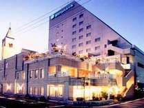 【外観】福井パレスホテルの夜の外観です。