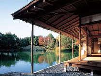 【養浩館庭園】当館より徒歩約15分。池に映る紅葉の美しさは見事!入園料210円