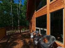 シラカバに囲まれた山の家のテラスでは、森林浴やバーベキューをお楽しみください