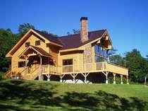 お洒落な別荘の美しい芝生とテラスでくつろぎの時間を