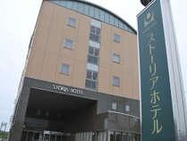 当ホテル外観です。亀山駅から徒歩5分。ホテルの周辺にはコンビニや飲食店、衣料品店などもございます。