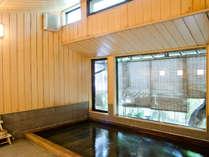 当館の1階に位置する「古代檜風呂」。さらりとした肌触りが特長の温泉です。