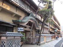 唐破風造の風格のある玄関、今では貴重ななまこ壁、古きよき時代を感じる純和風の建物です。