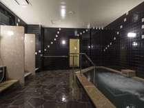 大浴場(男性用)最大7名でご利用いただける広さです。洗い場:4ヵ所