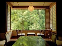 ≫「渓流館」は一枚ガラスからの眺めが自慢。春から初夏かけては爽やかな新緑でリフレッシュ♪