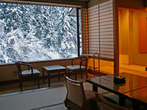 ≫冬の渓流館(客室一例)。お部屋からはしっとりとした雪景色が望めます。