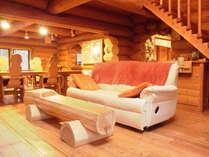 リビングにあるソファは足部分のリクライニングもできますよ。(*^^*)