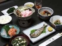 夕食の一例 とりももの唐揚げ、信州サーモンのたたき、虹鱒の塩焼き、おでん、汁物、季節の果実酒他