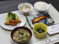 朝食の一例 (和食)イカフライ、ぶりのみそ漬け焼き、こごみの煮びたし、温泉たまご、のり、味噌汁