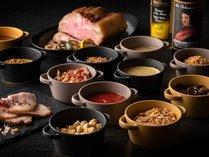 豊富なソースやトッピング、自分好みの味付けを楽しめる(2F「グランドエール」)