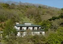 民宿街の一番高い所にあり自然に囲まれ心落ち着ける小さな宿です
