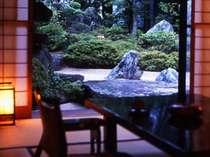客室からは手入れの行き届いた枯山水の庭を望める。離れ風の客室は、おこもり感たっぷり♪