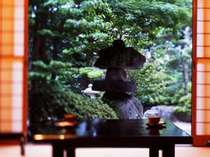 全ての二間続きの数奇屋造りのお部屋から四季折々の異なった日本庭園が眺められます