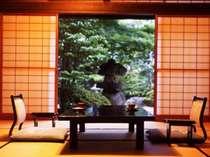 全客室から望める日本庭園。古き良き時代の香が漂う。