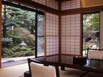 日本庭園を望む二間続きの和室(10帖+4.5帖) 102号室(1階)お部屋から四季折々の日本庭園が眺められます