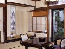 二間続きの数奇屋造りの和室(10帖+4.5帖) 101号室(1階)全てのお部屋から四季折々の日本庭園が眺められます