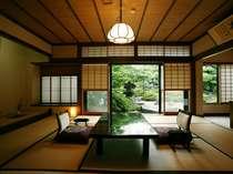 日本庭園を望む二間続きの和室(10帖+4.5帖) 103号室(1階)お部屋から四季折々の日本庭園が眺められます