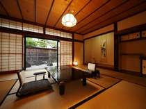 二間続きの和室(10帖+4.5帖) 105号室(1階)お部屋から四季折々の日本庭園が眺められます