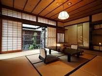 二間続きの和室(10帖+4.5帖) 106号室(1階)お部屋から四季折々の日本庭園が眺められます