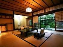 日本庭園を望む二間続きの和室(10帖+4.5帖) 108号室(1階)お部屋から四季折々の日本庭園が眺められます