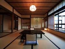 二間続きの和室(10帖+4.5帖) 203号室(2階)お部屋から四季折々の日本庭園が眺められます