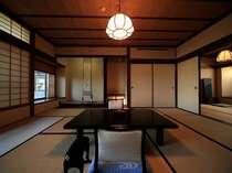 二間続きの和室(10帖+4.5帖) 207号室(2階)のお部屋から四季折々の日本庭園が眺められます