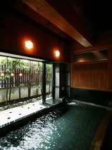 坪庭の窓越しに差し込む柔らかな陽光を見上げながら、存分に湯浴みをお愉しみ下さい