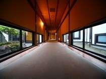 建物を取り囲むように大小さまざまな庭を設え、各部屋をつなぐ廊下から庭を眺められるよう設計されています