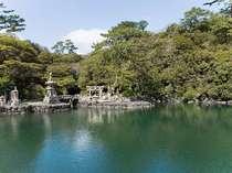 【笠山・明神池】笠山の噴火によって出来た3,400坪の天然かん水池。海の魚がたくさん!