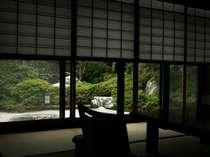 次の間付の客室は、広すぎるほどのゆとりある空間。各客室は離れ風の数寄屋造りでプライベート感たっぷり