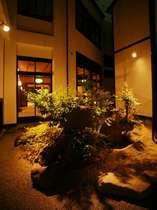 【坪庭】広大な敷地の中にお部屋を取り囲むように大小さまざまな日本庭園を設えています