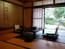 日本庭園を望む二間続きの和室(12帖+4.5帖) 104号室(1階)お部屋から四季折々の日本庭園が眺められます