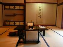 日本庭園を望む二間続きの和室(12帖+4.5帖) 1室6名様までご利用いただけます。/要相談