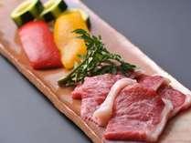 ジューシーでコクのある特選黒毛和牛を熱々の陶板焼きでお召し上がりください。