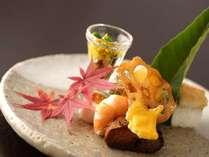 【夕食・秋】旬の海幸・山幸を取り入れた向付をおたのしみいただきます。