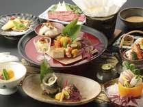 ★料理長が厳選した地元の新鮮な海幸を使った懐石料理を萩焼や有田焼など本物の器でご堪能いただきます