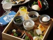 萩産の魚や野菜をふんだんに使用した朝食をお楽しみいただきます。