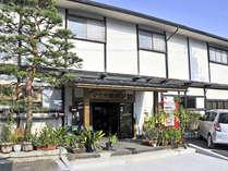 *【外観】開湯900年の歴史を誇る赤湯温泉へは当館から車で10分!