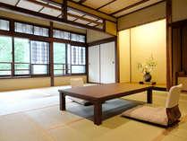 広いお部屋と開放的な窓が演出する贅沢な寛ぎ空間【半露天付き特別室】