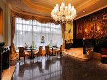 スワロフスキーのシャンデリアが印象的なホテルロビー。