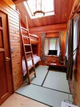 日当たり良く明るいお部屋。二段ベッドと天窓付きロフト。「雪」