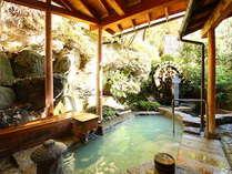 木漏れ日がさす癒しの露天風呂