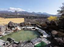 眺望抜群の露天風呂。泉質の良い温泉はかすかに茶褐色