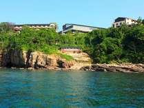 「海舟」を海から望む。本館は水面から30m以上の高台に建っています。