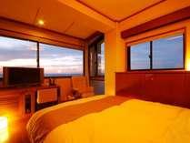 【窓2面コーナーダブルルーム】開放感のある大きな窓からは、海と空の眺望を満喫していただけます!