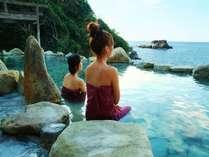 【混浴露天風呂「浜千鳥の湯」】湯あみ着を着用する為、女性も気軽にご利用頂けます。