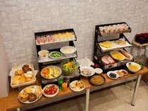 朝食バイキング(一例)約30種類の豊富なメニューと焼きたてパンでお待ちしています