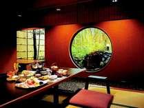 家具デザイナー岩倉榮利氏による「ロックストーン」の洗練された家具のお食事処もございます。
